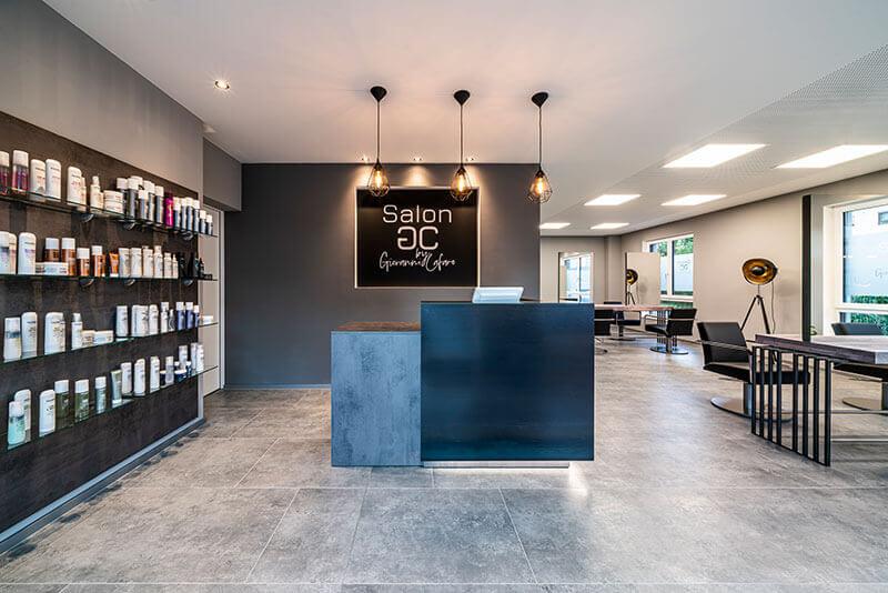 Friseureinrichtung Empfang mit Rezeption Theke, Verkaufsregal, Bedienungsstuhl und Friseurspiegel