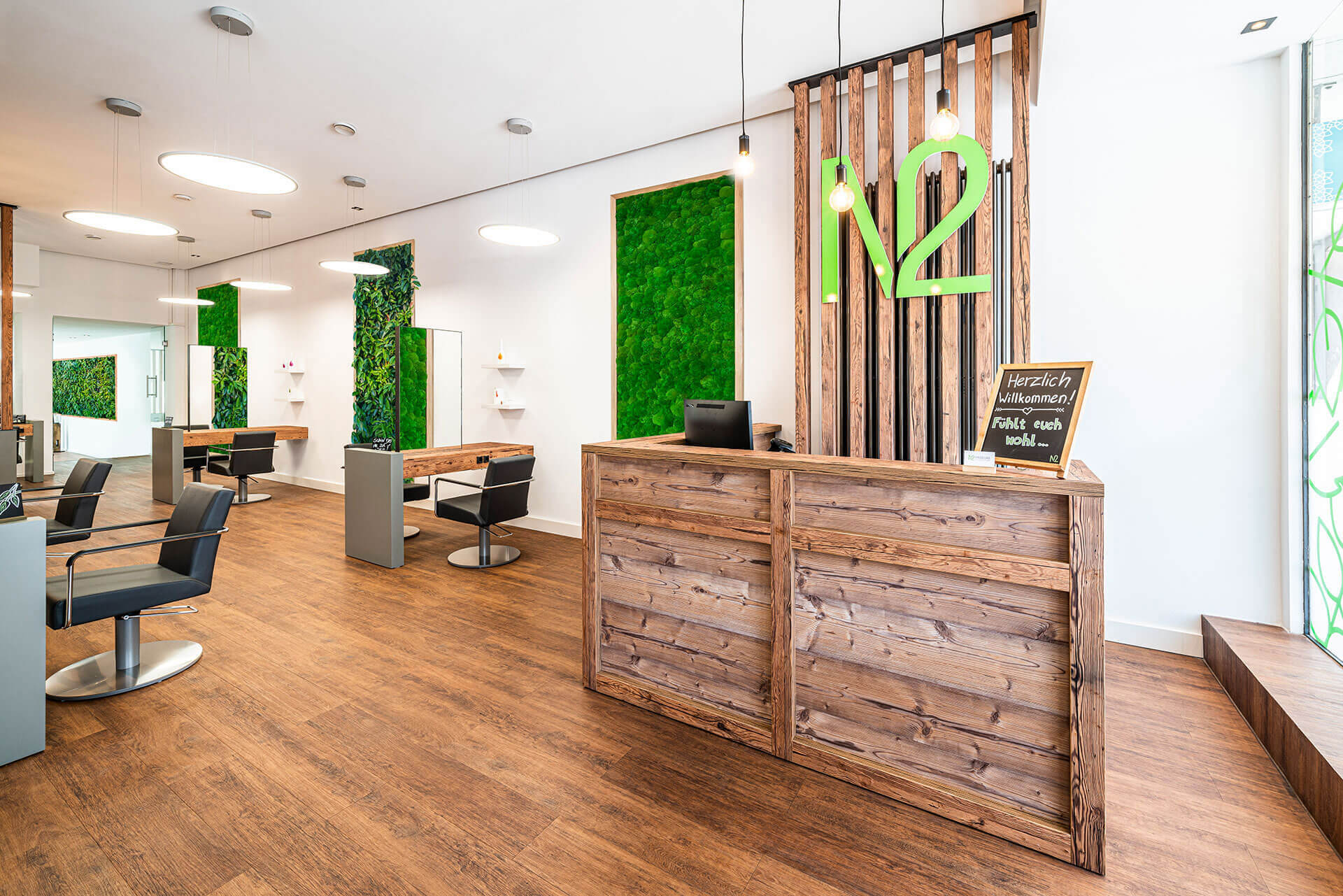 Friseureinrichtung aus Holz Natur Salon mit Friseurstuhl, Bedienungsplätzen, Rezeption und Wanddekoration
