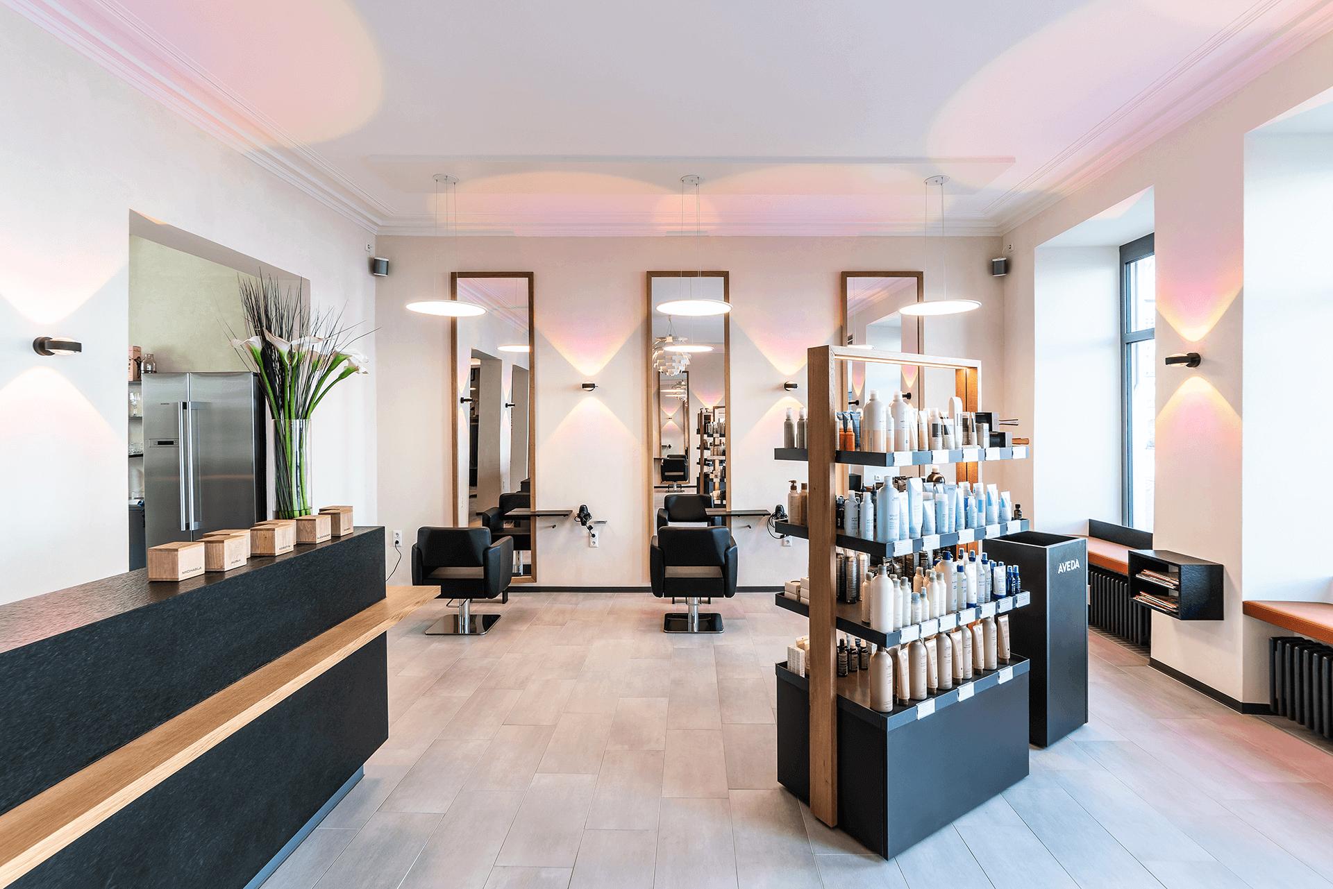 Friseureinrichtung mit Holz mit Friseur Verkaufsregal, Friseurspiegel, Friseurstühlen und Rezeption