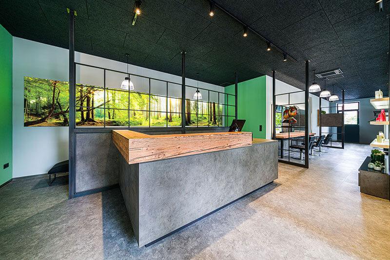 Friseureinrichtung Rezeption Theke mit Holz und Beton mit Friseurstühlen Industry Style
