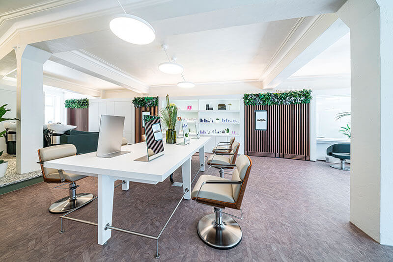 Friseureinrichtung Set Natur mit Holz mit Friseurstuhl, Spiegelplätzen, Bedienungsplatz, Verkaufsregal