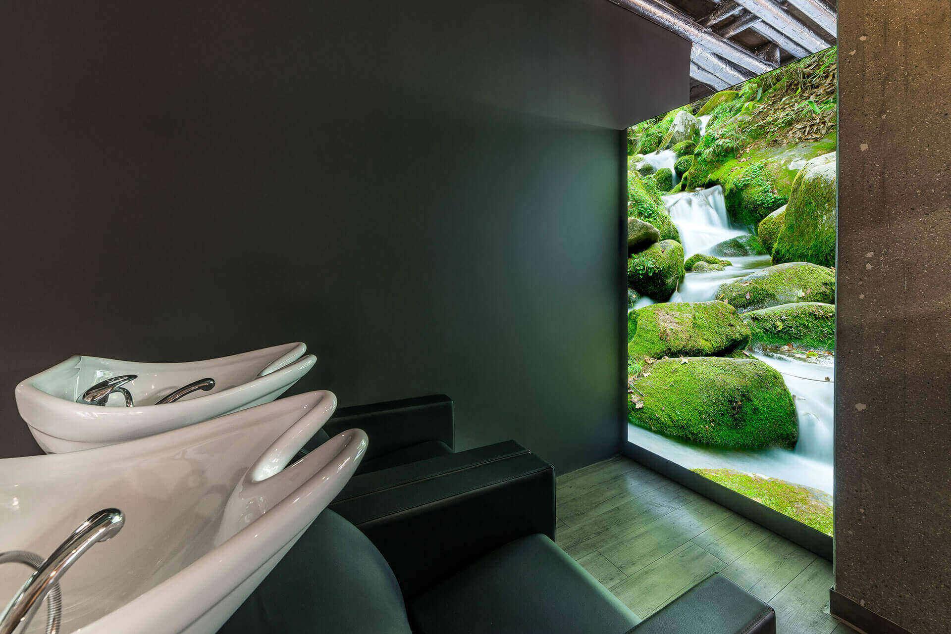 Friseureinrichtung Waschbereich mit Rückwärtswaschbecken und beleuchtetem Wandelement