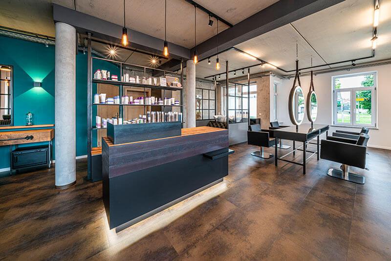 Friseureinrichtung Theke mit Rezeption, Verkaufsregal, Bedienungsplatz und Friseurstühlen
